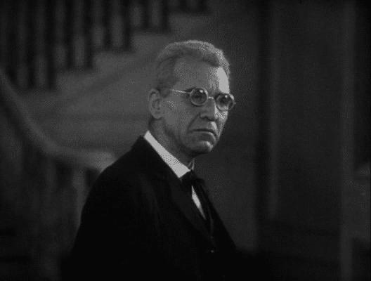 Edward Van Sloan como profesor Van Helsing.