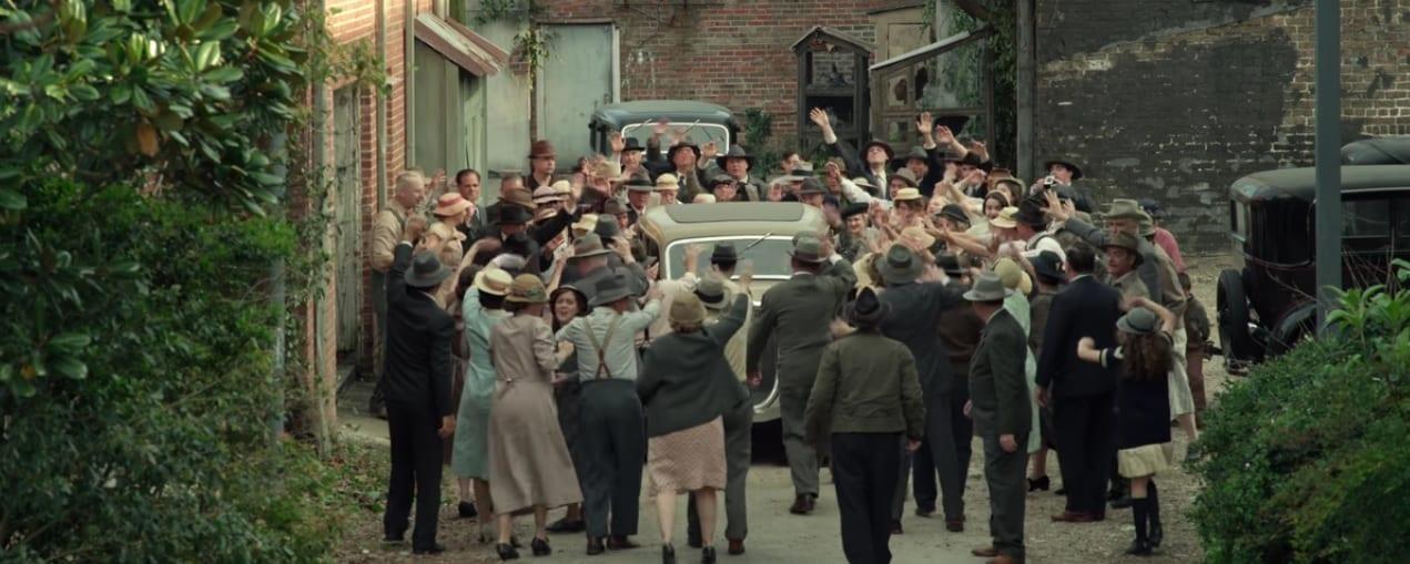 Emboscada final gente saludando a Bonnie y Clyde