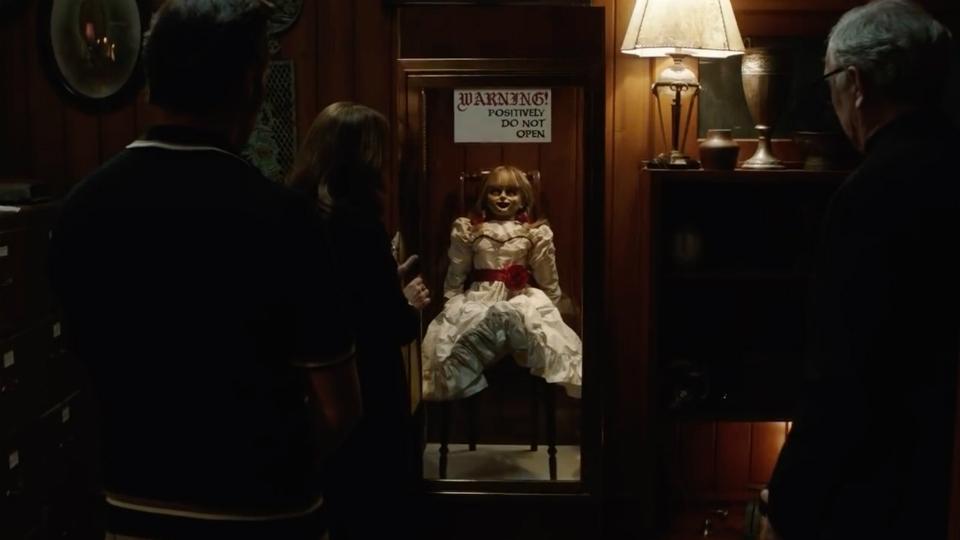 Annabelle vuelve a casa, guardan a la muñeca