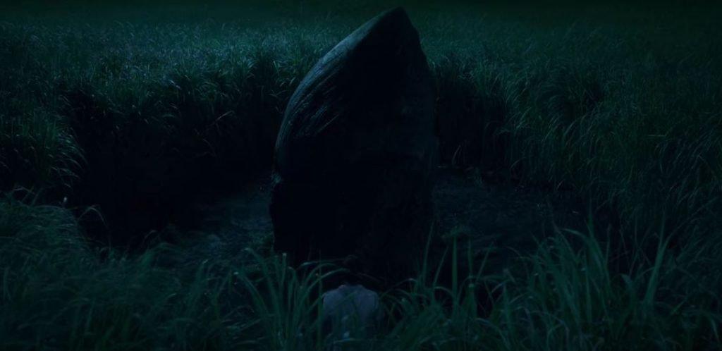 En la hierba alta, la roca
